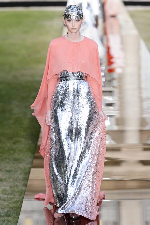 8cd325705c2f3 ... de la maison de couture et de ses ateliers) s est concentrée sur  l esthétique singulière du glamour hollywoodien